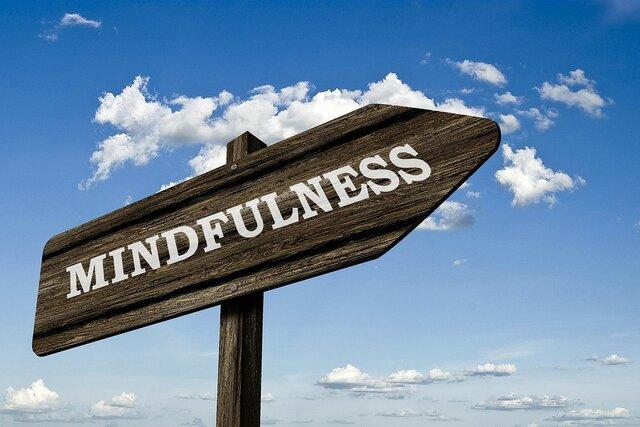 Mindfulness op houten bord pijl